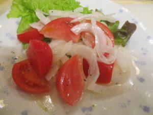 トマトのマリーネとカツオ藁焼きで~